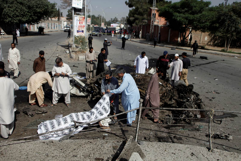 Police and rescue officials cover a body after a blast in Quetta, Pakistan June 23, 2017. Photo: Reuters