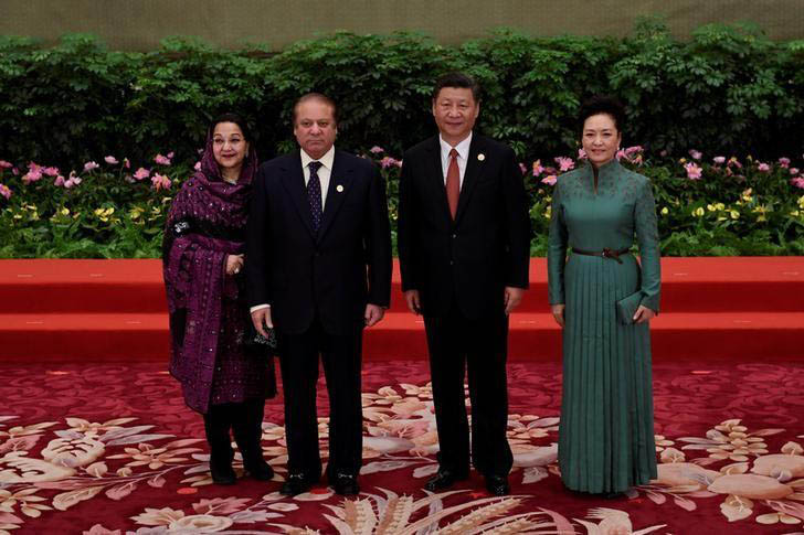 Pakistan's Prime Minister Nawaz Sharif (2-L) and his wife Kalsoom Nawaz Sharif (L) pose with Chinese President Xi Jinping and his wife Peng Liyuan during a welcome ceremony for leaders attending the Belt and Road Forum. Photo: Reuters