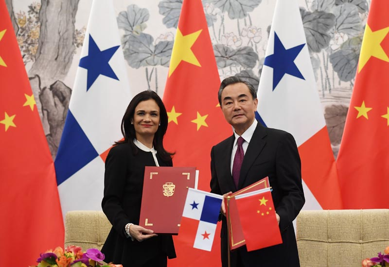 Panama's Vice President and Foreign Minister Isabel de Saint Malo (left) and Chinese Foreign Minister Wang Yi pose with their documents after signing a joint communique on establishing diplomatic relations, in Beijing, China, on June 13, 2017. Photo: Reuters