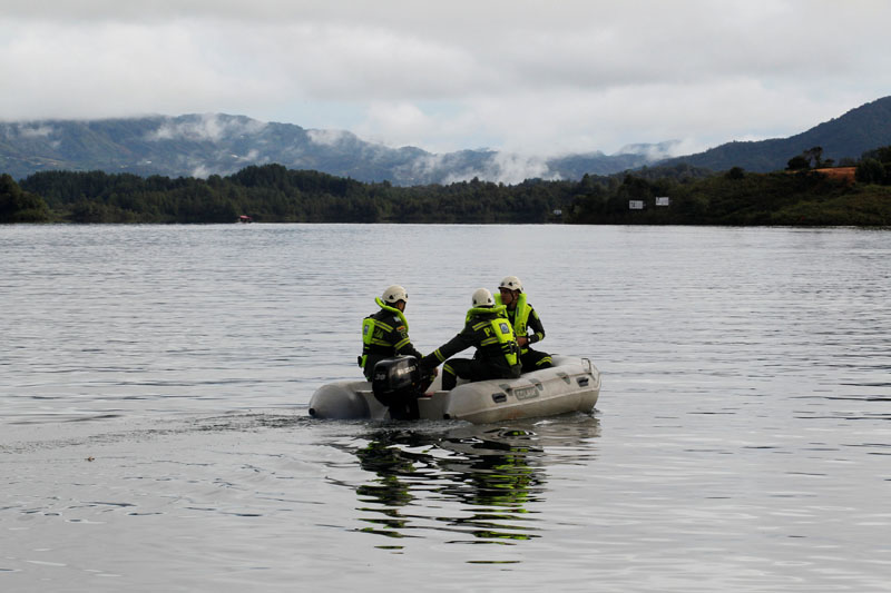 Police ride on a boat at the Penol-Guatape reservoir as the search for the people believed to be missing continues after a tourist boat sank on Sunday, in Guatape, Colombia, on June 26, 2017. Photo: Reuters