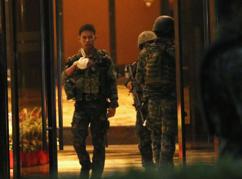 A injured policeman is seen at the entrance of a hotel after a shooting incident inside Resorts World Manila in Pasay City, Metro Manila, Philippines on June 2, 2017. Photo: Reuters