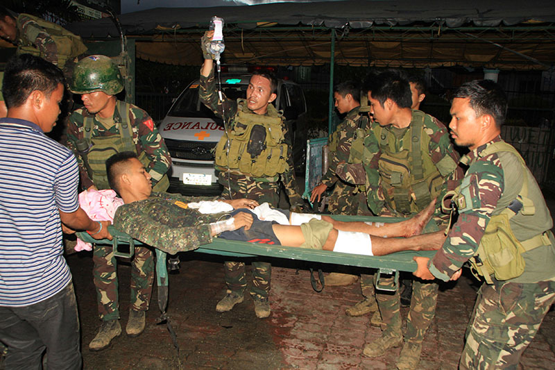 A wounded soldier is carried on a stretcher by his fellow soldiers upon arrival at the Adventist Memorial Hospital in Iligan city, Philippines June 9, 2017. Photo: Reuters