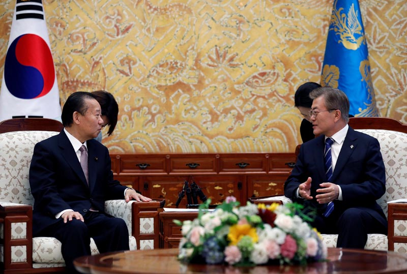 South Korean President Moon Jae-in (right) talks with Toshihiro Nikai, Secretary General of the Japanese Liberal Democratic Party, during their meeting at the Presidential Blue House in Seoul, South Korea, on June 12, 2017. Photo: Reuters