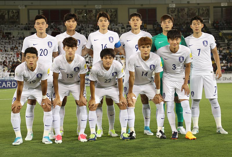 South Korea's players pose for a photo before their match against Qatar. Photo: Reuters