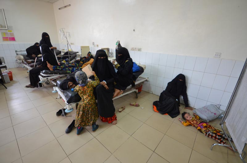 A girl infected with cholera lies on the ground of a hospital room in the Red Sea port city of Hodeidah, Yemen, on May 14, 2017. Photo: Reuters/ File