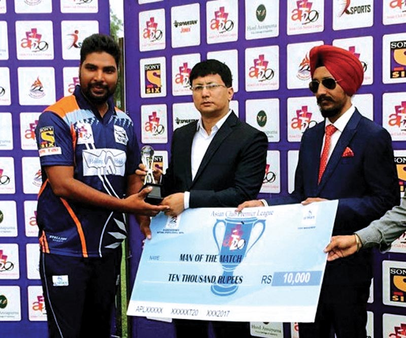 Immediate Past President of Nepal Boxing Association Rajiv Shrestha (centre) handing over the man-of-the-match trophy to Jitendra Sharma of Nepal Storm after the Asian Club Premier League match in Kathmandu on Monday. Photo: THT