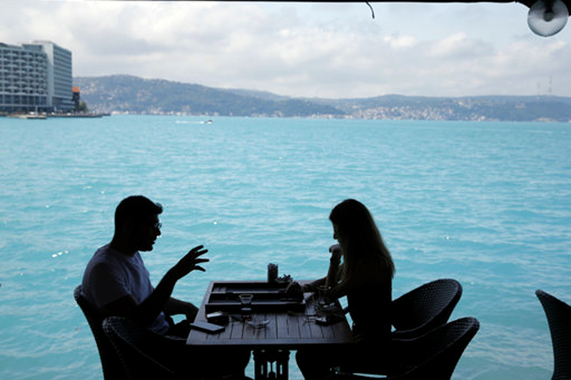 People play backgammon in a coffee shop by Istanbul's Bosphorus Strait, Wednesday, June 14, 2017. Photo: AP
