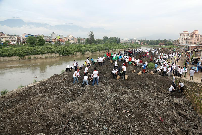 People participating in the 217th week of Bagmati River Cleanup Campaign at Thapathali on July 8, 2017. Photo: RSS