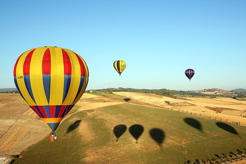 Hot air balloons fly during a hot air ballooning event in Todi, Italy, July 29, 2017. Photo: Reuters