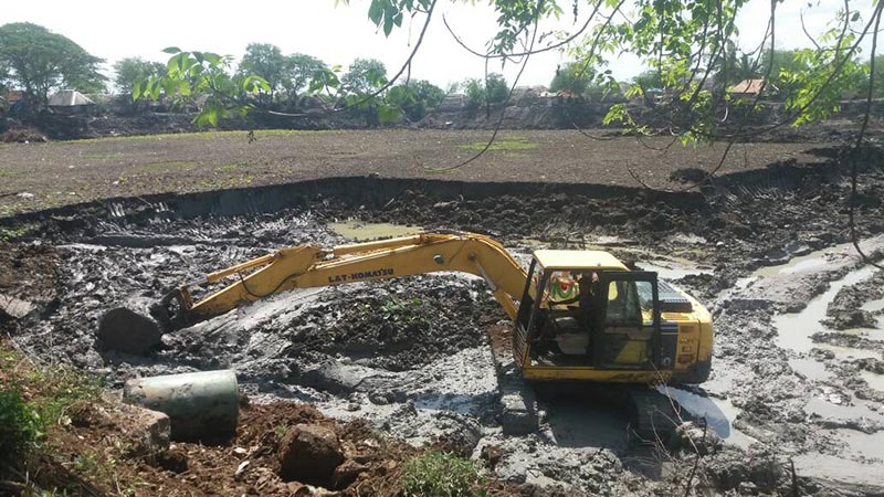 Work on a village pond that was restored with crowdfunding in southern India amidst the worst drought in decades in Nagapattinam, India. Photo: Handout/ Environmentalist Foundation of India via Reuters