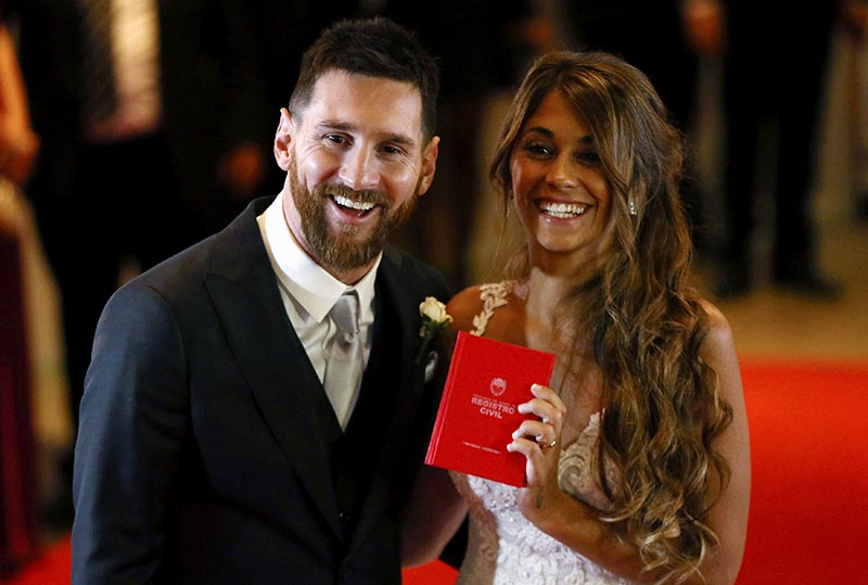 Argentine soccer player Lionel Messi and his wife Antonela Roccuzzo pose at their wedding in Rosario, Argentina, June 30, 2017. Photo: Reuters