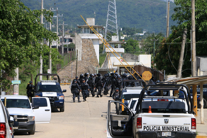 Riot police enter a prison after a riot broke out at the maximum security wing in Acapulco, Mexico, on July 6, 2017. Photo: Reuters