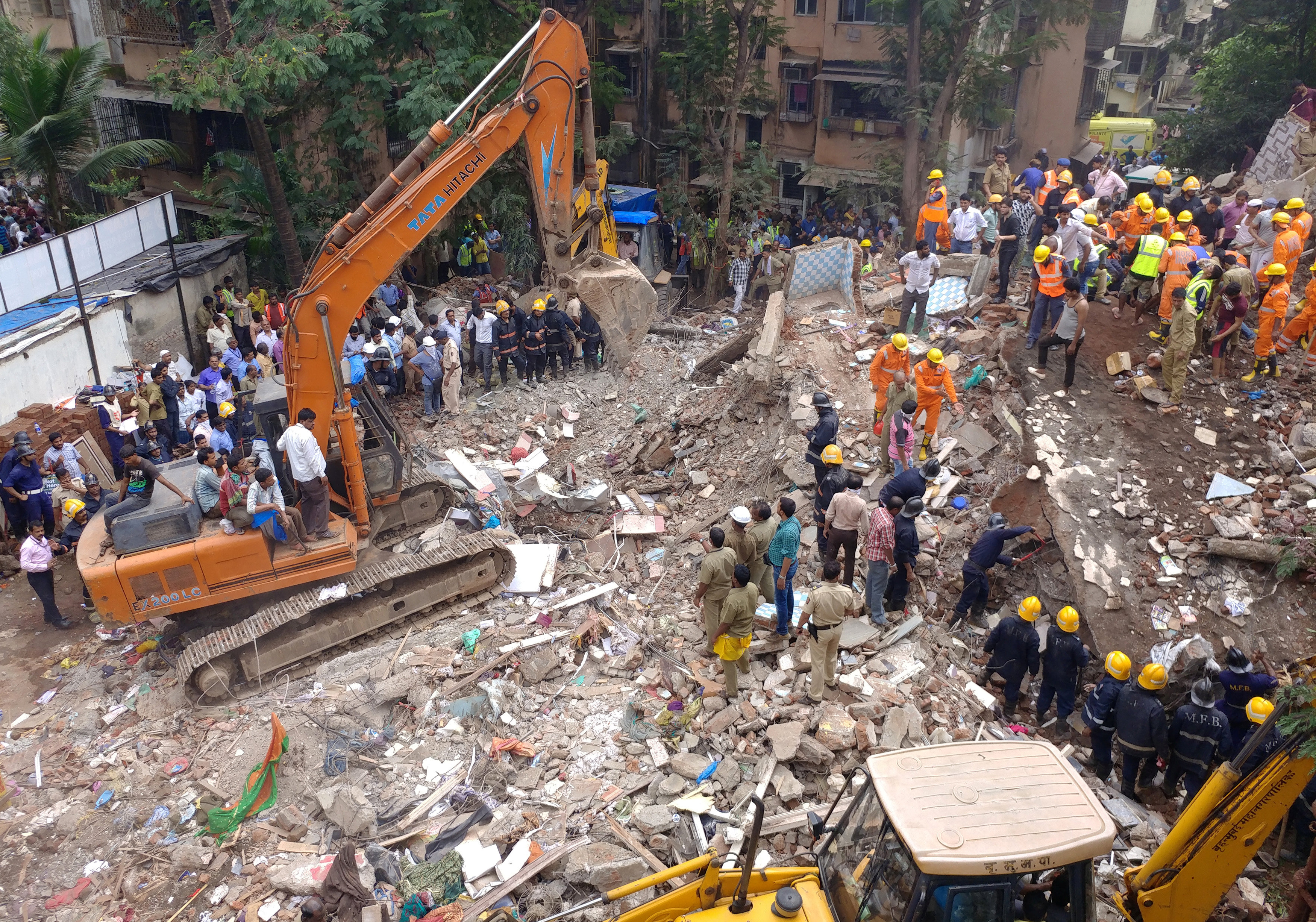 Firefighters and rescue workers search for survivors at the site of a collapsed building in the suburbs of Mumbai, India July 25, 2017. Photo: Reuters