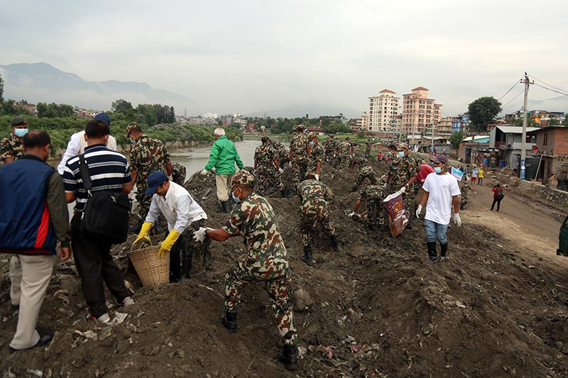 Nepali Army and people taking part in the 217th week of Bagmati River Cleanup Campaign at Thapathali on July 8, 2017. Photo:RSS