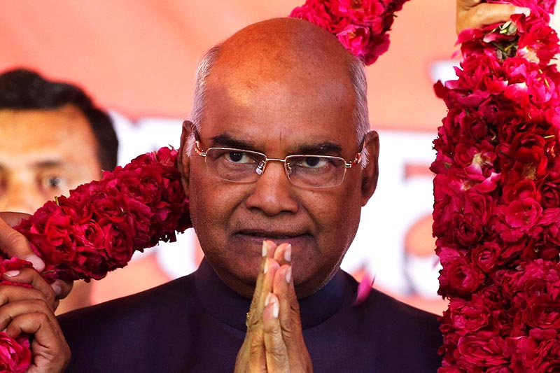 Supporters of Ram Nath Kovind, nominated presidential candidate of Indiau2019s ruling Bharatiya Janata Party (BJP), present him with a garland during a welcoming ceremony as part of his nation-wide tour, in Ahmedabad, India, July 15, 2017. Photo: Reuters