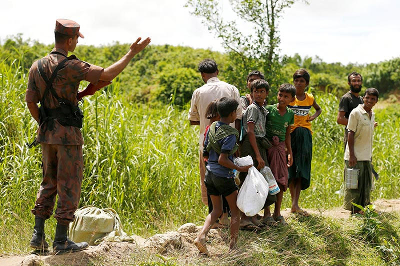 Members of Border Guard Bangladesh (BGB) stops Rohingya people who are trying to enter Bangladesh in Coxu2019s Bazar, Bangladesh, on August 27, 2017. Photo: Reuters