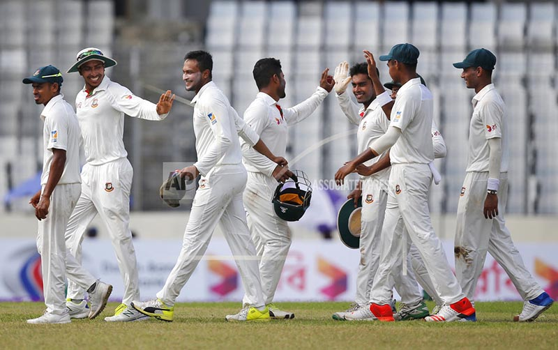 Bangladesh's Shakib Al Hasan, third left, celebrates with his teammates after taking five wickets during the second day of their first test cricket against Australia in Dhaka, Bangladesh, Monday, Aug. 28, 2017. Photo: AP