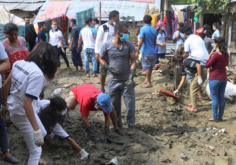 Youths  participating in a sanitation campaign organised in flood-hit areas of Biratnagar Metropolitan City, Morang, on Wednesday, August 23, 2017. Photo: THT