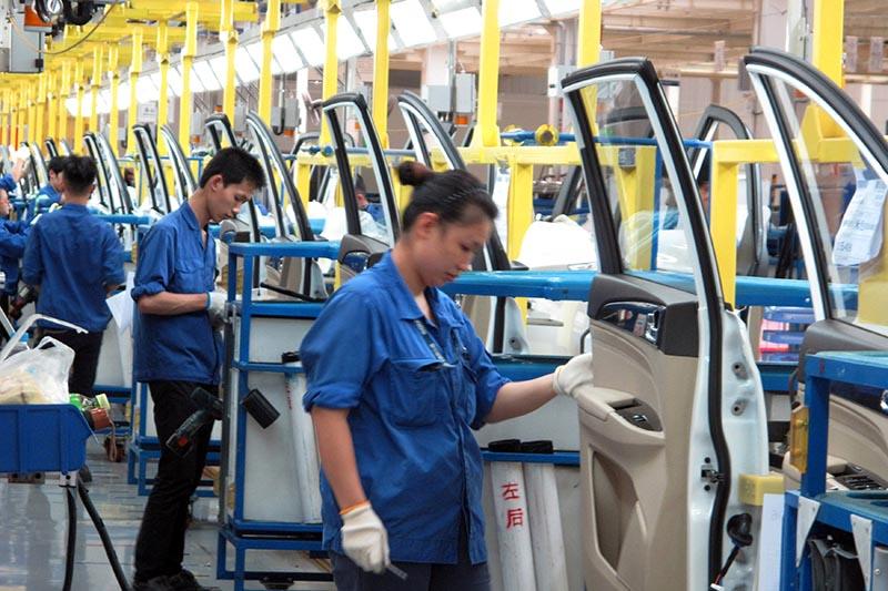 Employees work at a production line inside a factory of Saic GM Wuling, in Liuzhou, Guangxi Zhuang Autonomous Region, China, on June 19, 2016. Photo: Reuters/ File