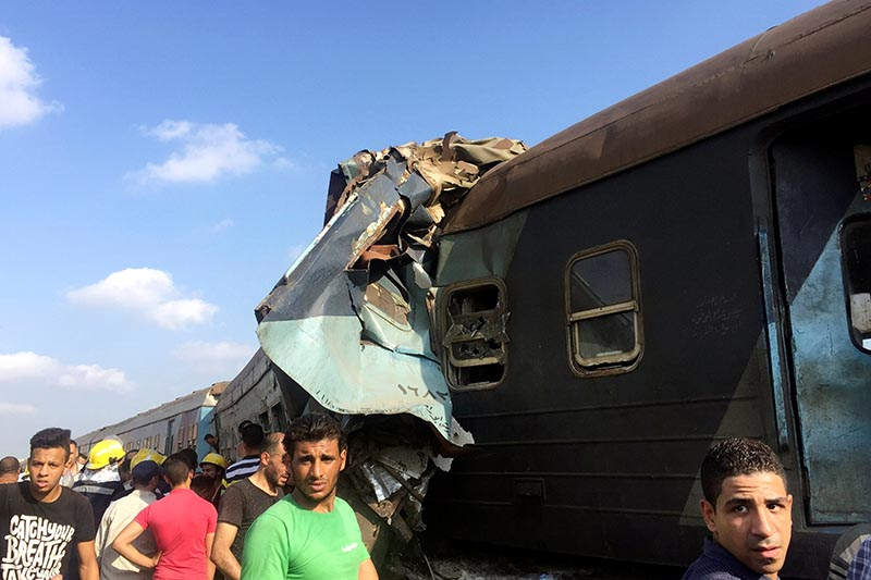 Egyptians look at the crash of two trains that collided near the Khorshid station in Egypt's coastal city of Alexandria, Egypt, on August 11, 2017. Photo: Reuters