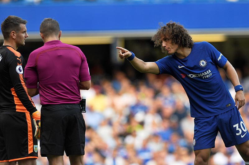 Chelsea's David Luiz gestures as Burnley's Tom Heaton and referee Craig Pawson look on in the Premier League match between Chelsea and Burnley, in London, Britain, on August 12, 2017. Photo: Action Images via Reuters
