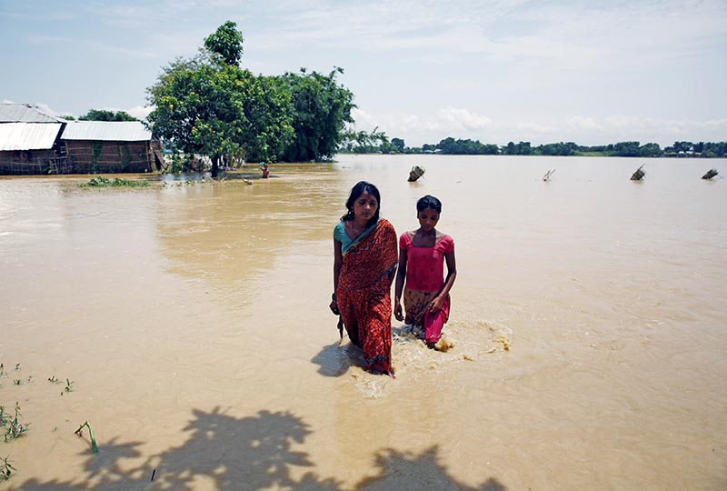 Flood victims walk along the flooded area in Saptari District, Nepal August 14, 2017. Photo: Reuters