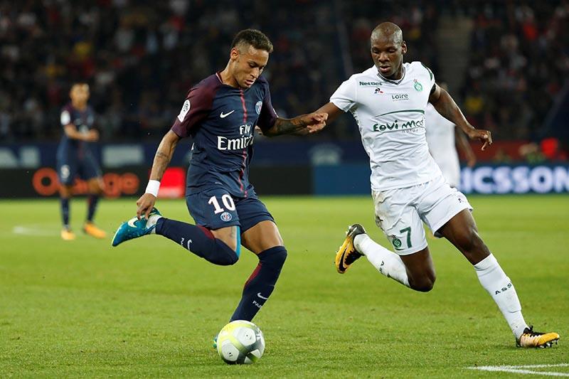 Paris Saint-Germainu2019s Neymar in action with St Etienneu2019s Bryan Dabo in Ligue 1 match between Paris Saint-Germain and AS Saint-Etienne, in Paris, France, on August 25, 2017. Photo: Reuters