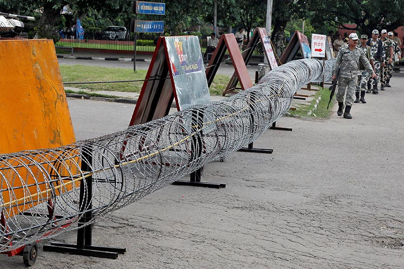 Police patrol next to concertina wire barricade outside a court in Panchkula in the northern state of Haryana, India, on August 24, 2017. Photo: Reuters