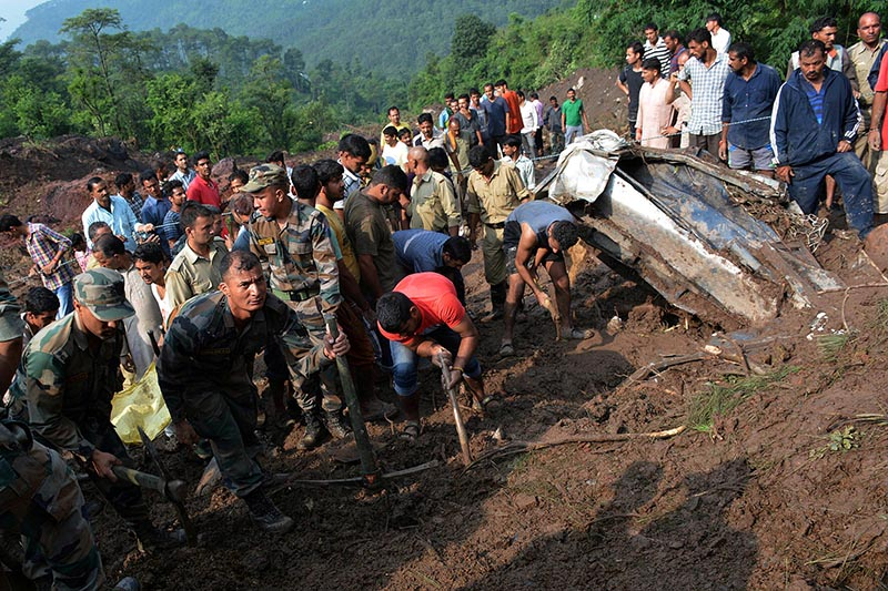 Indian army personnel and rescue workers search for survivors amid the rubble after a landslide caused by a cloudburst swept two buses off the road into a gorge, in Mandi district, in the northern state of Himachal Pradesh, India, on  August 13, 2017. Photo: Reuters