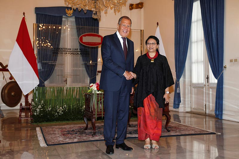 Russian Foreign Minister Sergey Lavrov (left) shakes hands with his counterpart Retno Marsudi at Indonesia Foreign Ministry office in Jakarta, on August 9, 2017. Photo: Reuters