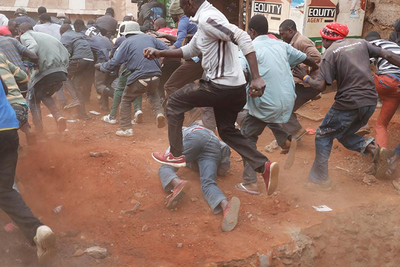 Supporters of opposition leader Raila Odinga run away from police during clashes in Kibera slum in Nairobi, Kenya, on August 12, 2017. Photo: Reuters