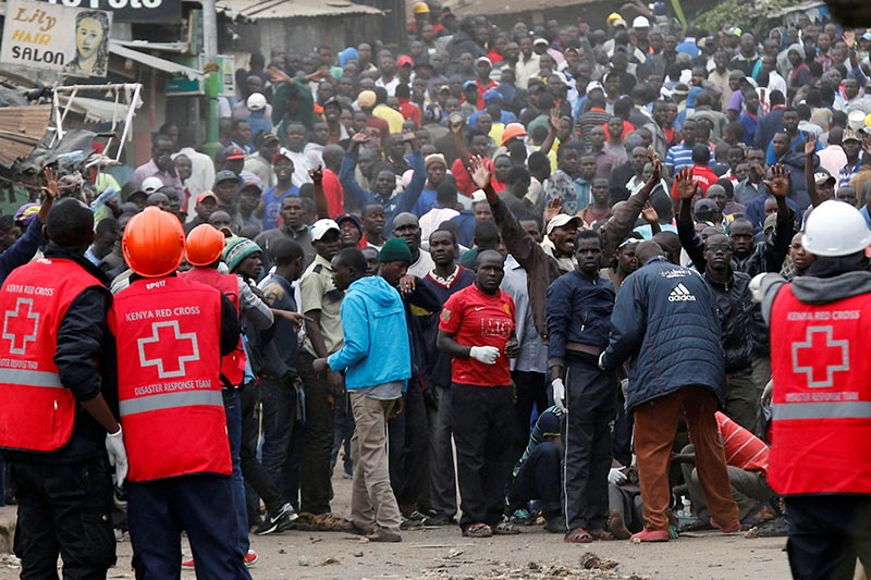 Red Cross members stands near protesters supporting opposition leader Raila Odinga in Mathare, in Nairobi, Kenya, on August 12, 2017. Photo: Reuters