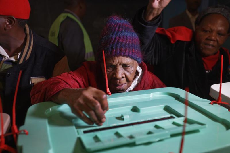 Lydia Gathoni Kiingati, 102, casts her vote just after dawn at a polling station in Gatundu, north of Nairobi, Kenya, on Tuesday, August 8, 2017. Photo: AP