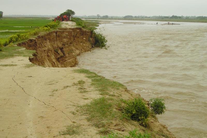 A swollen Khadokhola eroding land, in Diuribharuwa of Rajbiraj, in Saptari district, on Thursday, August 10, 2017. Photo: THT