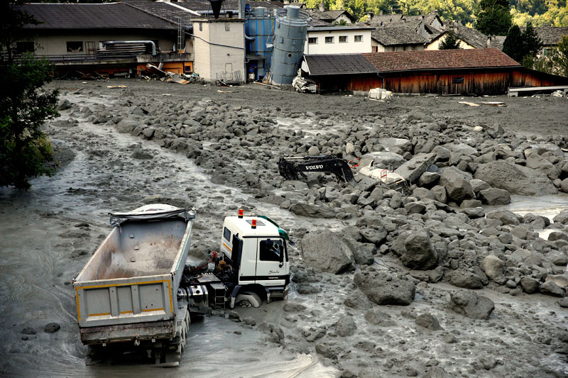 A truck sits in a landslide in the village of Bondo in Switzerland, August 26, 2017. Photo: Reuters