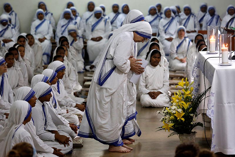 Nuns from the Missionaries of Charity take part in a mass service to mark the 107th birth anniversary of Saint Mother Teresa in Kolkata, India August 26, 2017. REUTERS/Rupak De Chowdhuri