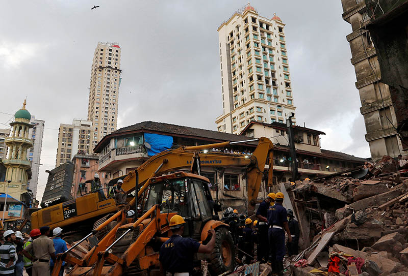 Firefighters and rescue workers search for survivors at the site of a collapsed building in Mumbai, India, August 31, 2017. Photo: Reuters