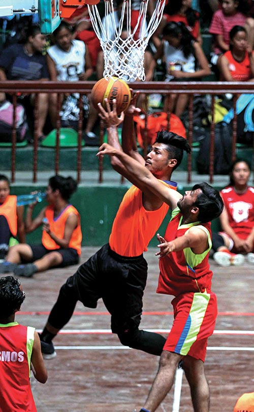 Players of Nayabazar u2018Au2019 (centre) and Cosmos u2018Bu2019 in action during their NeBA President 3X3 National-level Open Basketball Tournament match in Kathmandu, on Saturday.Photo: THT