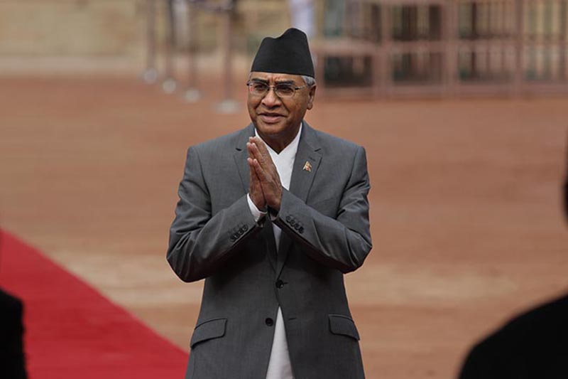 Nepal's Prime Minister Sher Bahadur Deuba, greets Indian ministers during his ceremonial reception at the Rashtrapati Bhavan in New Delhi, India, on Thursday, August 24, 2017. Deuba is on a five-days visit to India. Photo: AP