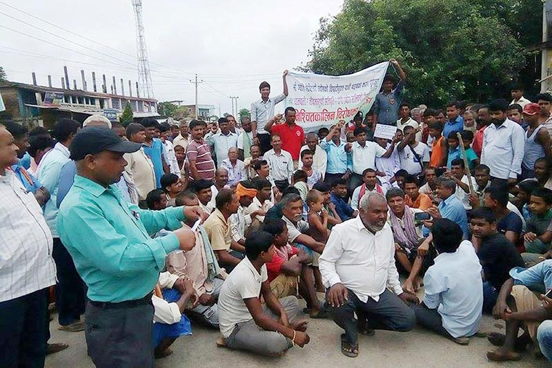 Farmers staging indefinite protest after polluted water from Jyoti Distillery destroyed the paddy they had planted, in Madhav Narayan Rural Municipality, Rautahat, on Thursday, August 10, 2017. Photo: THT