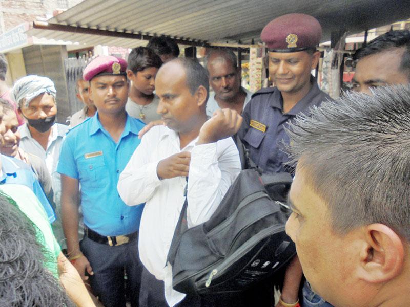 Sanjaya Kumar Dev (centre) ward secretary of Itahari Bishnupur Rural Municipality in Saptari district held while taking bribe from service seekers in Rajbiraj on Thursday, August 3, 2017. Photo: Byas Shankar Upadhayay