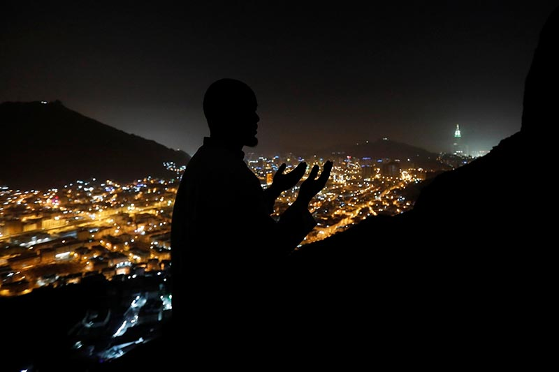 A muslim pilgrim prays at Mount Al-Noor where Muslims believe Prophet Mohammad received the first words of the Koran through Gabriel in the Hera cave in the holy city of Mecca, Saudi Arabia, on August 28, 2017. Photo: Reuters
