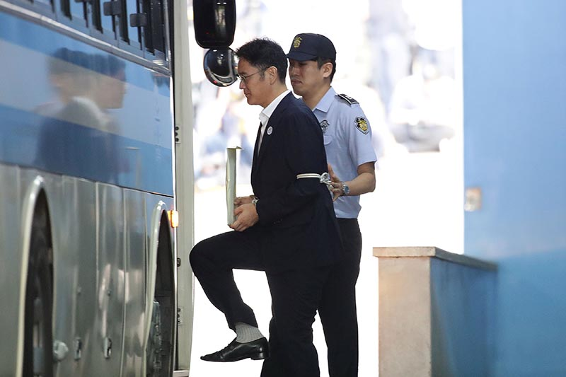 Lee Jae-yong, Samsung Group heir, leaves after his verdict trial at the Seoul Central District Court in Seoul, South Korea, on August 25, 2017. Photo: Reuters