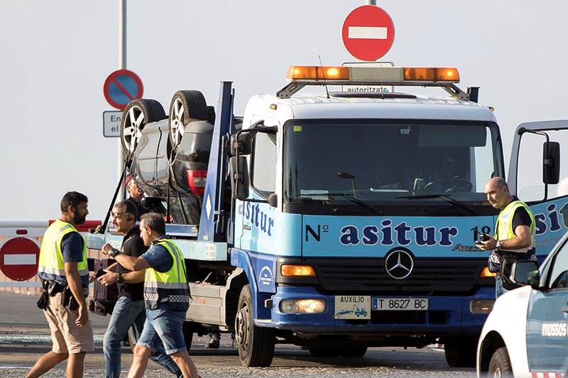 The car on a tow truck is seen where the police investigate the scene of an attack in Cambrils, south of Barcelona, Spain, on August 18, 2017. Photo: Reuters