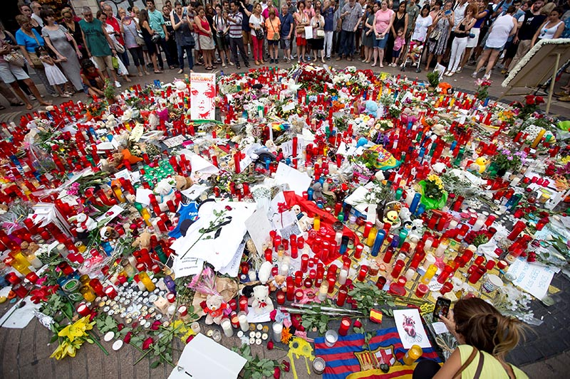People gather around an impromptu memorial two days after a van crashed into pedestrians at Las Ramblas in Barcelona, Spain August 19, 2017. Photo: Reuters