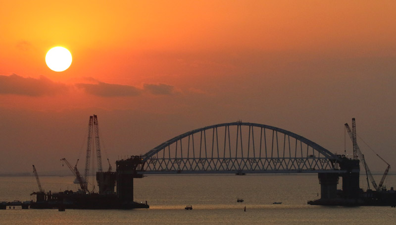 A general view shows the newly installed railroad arch of a road-and-rail bridge under construction to connect the Russian mainland with Crimea, at dawn in the Kerch Strait, Crimea August 29, 2017. Photo: Reuters