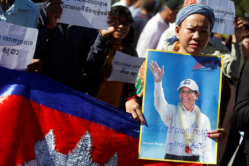 Supporters of Kem Sokha, leader of the Cambodia National Rescue Party (CNRP), stand outside the Appeal Court during a bail hearing for the jailed opposition leader in Phnom Penh, Cambodia, on September 26, 2017. Photo: Reuters
