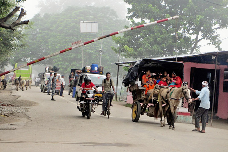Migrant workers returning home, through Daddachauko border point in Kanchapur district, to celebrate Dashain, on Monday, September 25, 2017. Photo: RSS