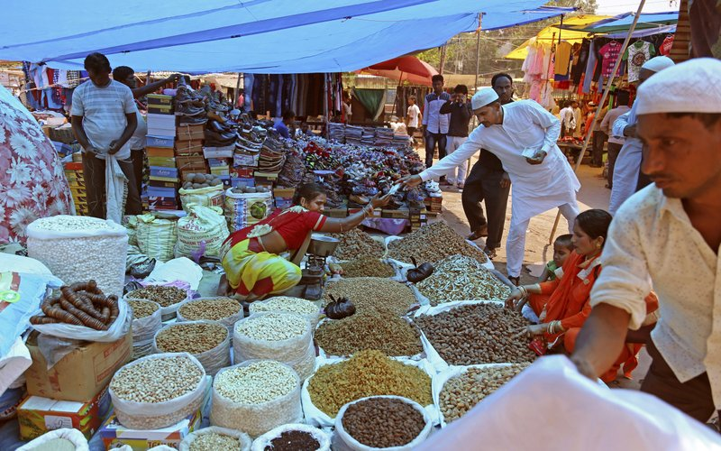 Indians buy dry fruits from a roadside vendor at a market in New Delhi, India, onJune 16, 2017. Photo: AP/ File