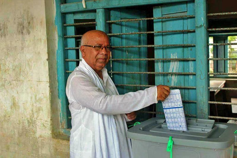CPN-UML senior leader Madhav Kumar Nepal casting his vote at the polling centre in Gaur Municipality-2, Rautahat district, on Monday September 18, 2017. Photo: Prabhat Kumar Jha